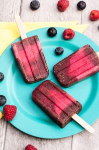 Very Berry Pops // Healthy Blueberry Raspberry Popsicles that are vegan , gluten-free and sugar-free | VeganFamilyRecipes.com | #dairyfree #summer #dessert