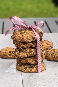 Vegan Chocolate Chip Oatmeal Cookies Recipe /// VeganFamilyRecipes.com /// #dessert #veganism